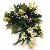 Rouwarrangementen, dit is een bloemstuk met witte lelies.