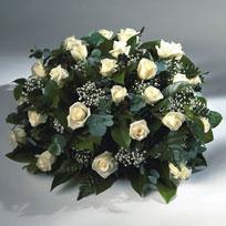 Rouwarrangementen, bloemstuk met witte rozen